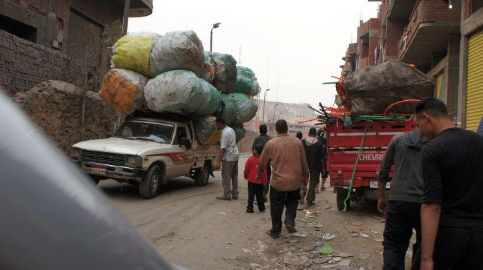Отсортированный мусор транспортируется на автомобилях.