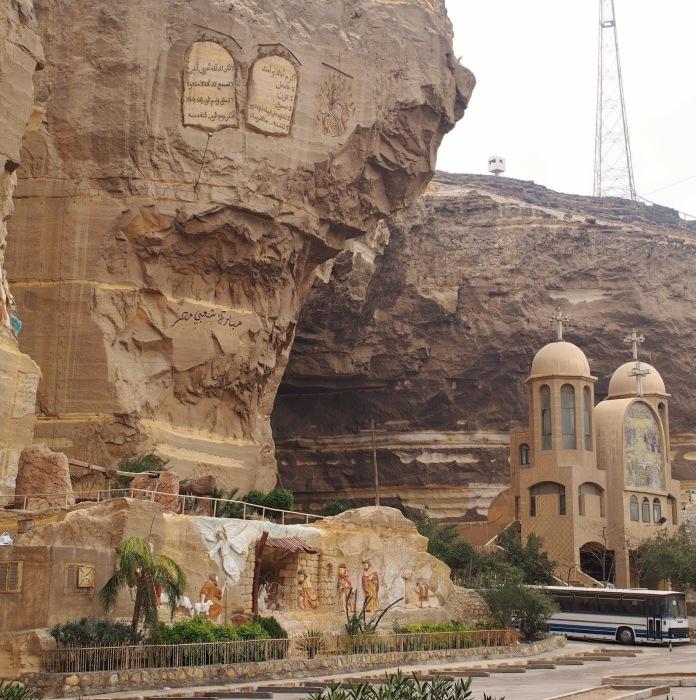 В этой огромной скале находится коптский храм Заббалина.