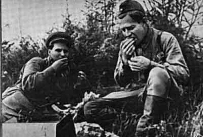 Военкор Алексей Сурков (справа).