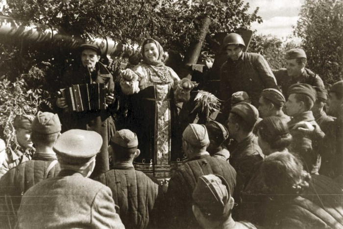 Лидия Русланова выступает перед бойцами.