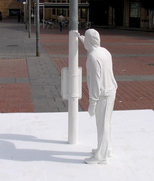 Современная городская скульптура 'Грязно-серое покрасим в белоснежный'
