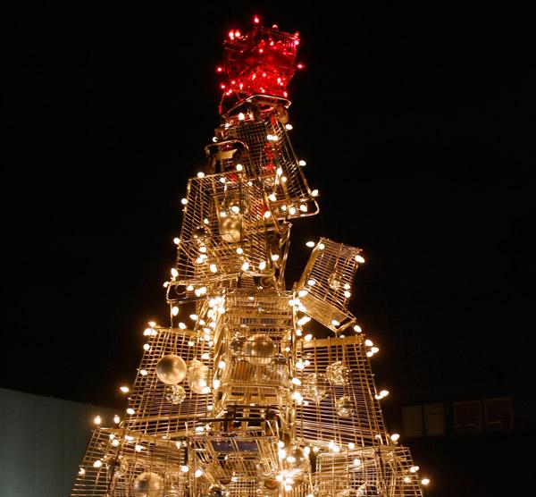 Так выглядит вблизи верхушка елки - инсталляции из корзин для покупок.