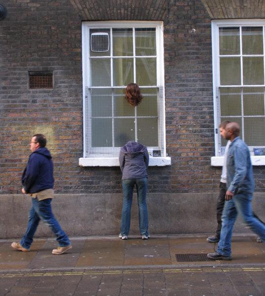 Современная городская скульптура 'Потерявшая голову'