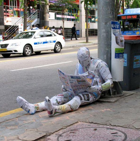 Современная городская скульптура 'Читающий газету'