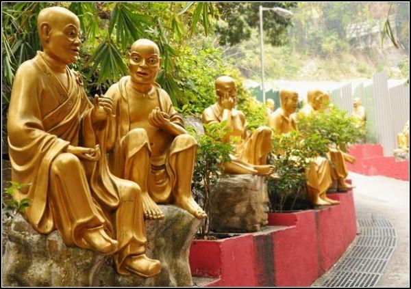 Скульптурные Будды ведут беседы