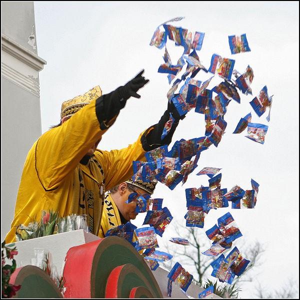 Карнавал в Кельне: разбрасывание конфет