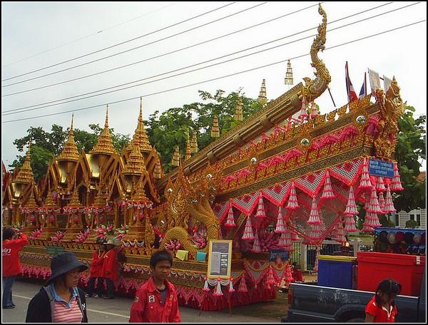 Взрывы ракет: праздник в Таиланде