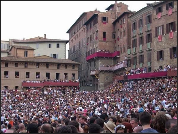 Большие скачки в Италии: запруженная людьми площадь Сиены