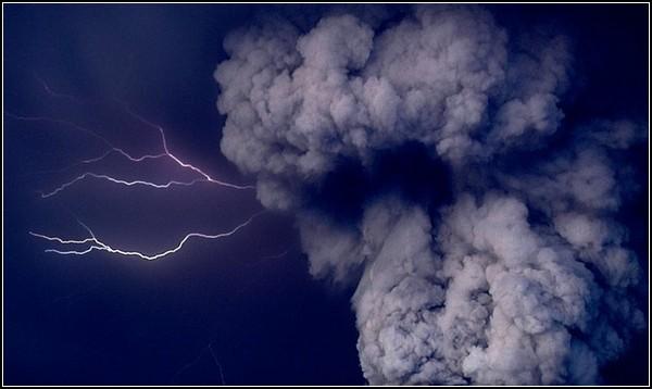 Прекрасное и ужасное рядом: молнии, бьющие в пылевых тучах Гримсвотна