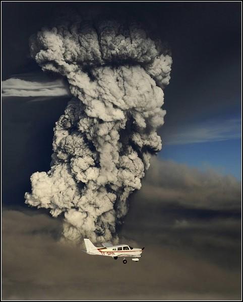 Прекрасное и ужасное рядом: фотографы агентства Reuters облетают вулканическую тучу