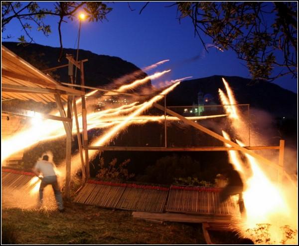 Участники Рукетополемоса освобождают греческий огонь
