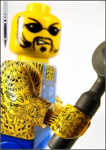 Необычные татуировки в рекламе. Суровые человечки LEGO
