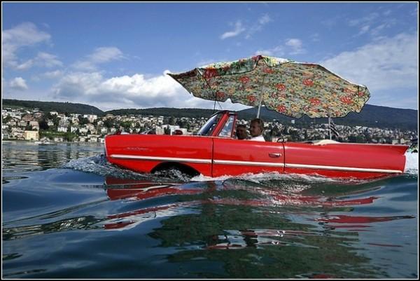 Гонки автомобилей-амфибий в швейцарском озере