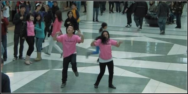 Флешмоб против запугивания: массовые танцы