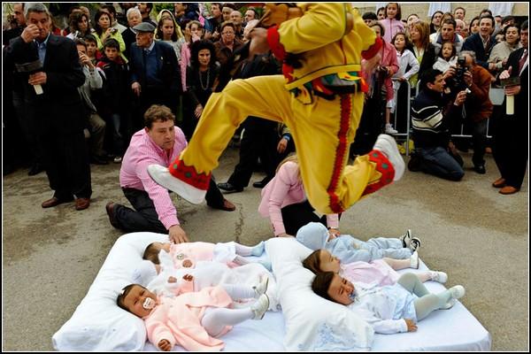 Семейный обряд Колачо: дьявол прыгает через испанских младенцев