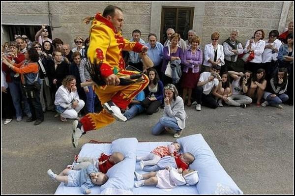 Семейный обряд Колачо. Мамы молятся за успех миссии *дьявола*