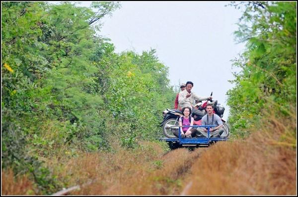 Иностранцы приобщаются к бамбуковому туристическому поезду