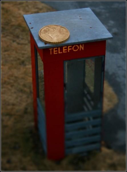 Большая монета и телефонная будка