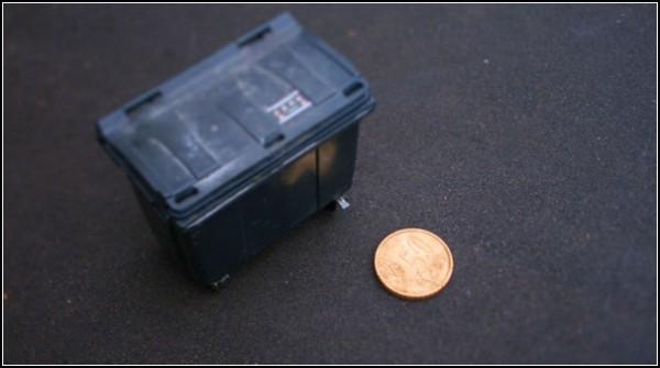 Большая монета и мусорный бак