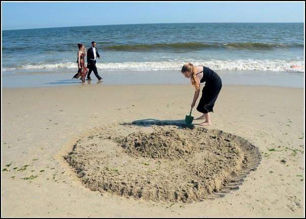 Званый вечер на пляже. Рой другому яму... в песке