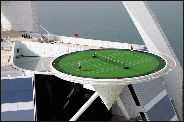 Высокий теннис. Корт на вершине небоскреба