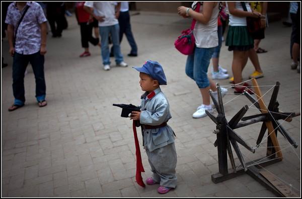 Юбилей Коммунистической партии Китая. Малыш в униформе боевых отрядов 40-х годов