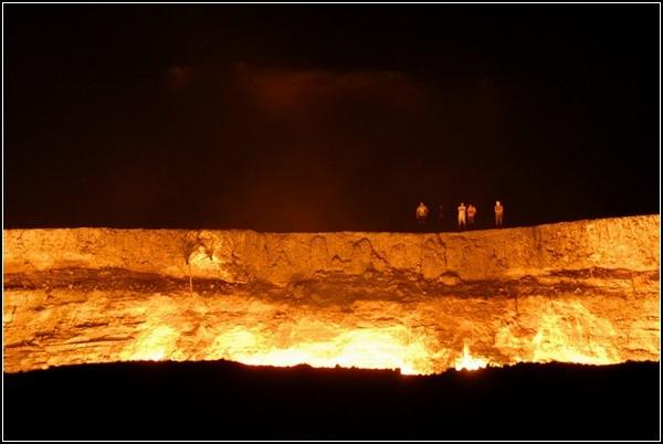 Туристы заглядывают в ворота ада