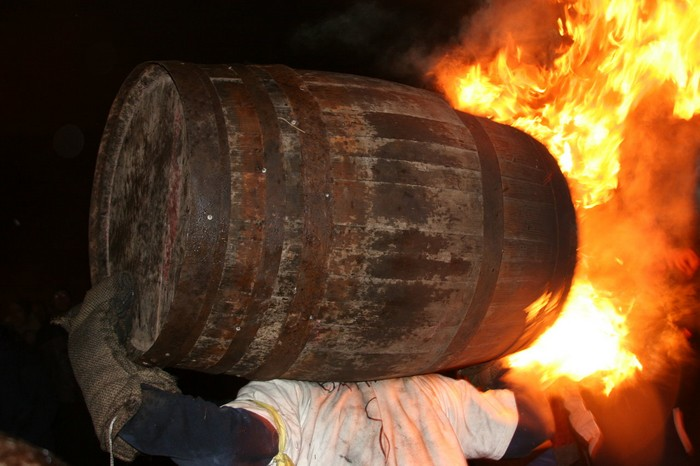 Новогодние огни в бочках из-под виски
