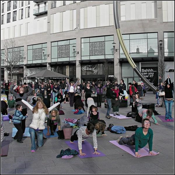 Флешмоб йогинов в Кардиффе