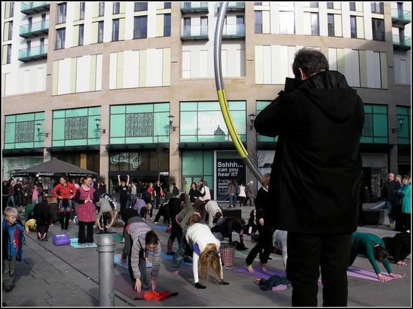 Йога-флешмоб в Кардиффе
