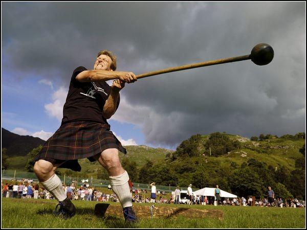 Ревнители традиций Шотландии: метатель молота