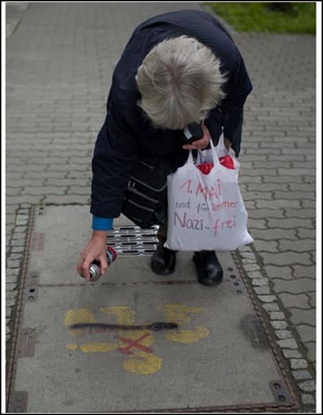Бабушка-антифашист уничтожает граффити