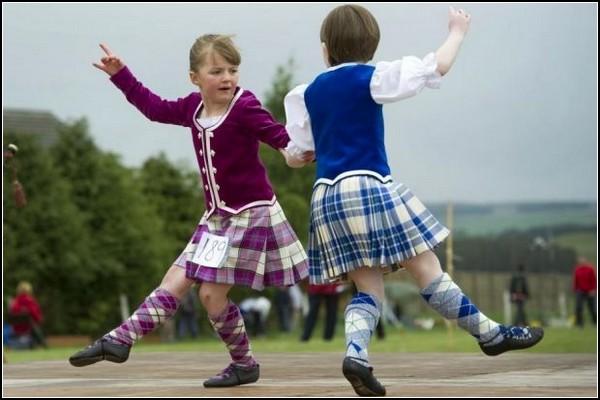 Игры горцев в Блэкфорде: дети приобщаются к традициям Шотландии через национальные танцы