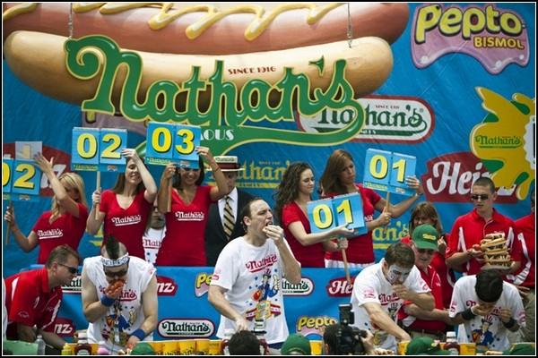 Обжорство наперегонки. Чемпионат по поеданию хот-догов в Нью-Йорке