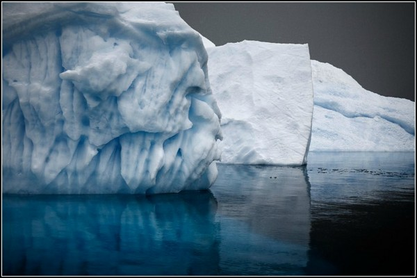 Ледяные горы в холодной воде на фото Камиллы Симен