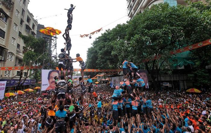 Индийские фестивали: пирамида из людей. Мумбаи, 2 августа. Фото Раджниша Какаде