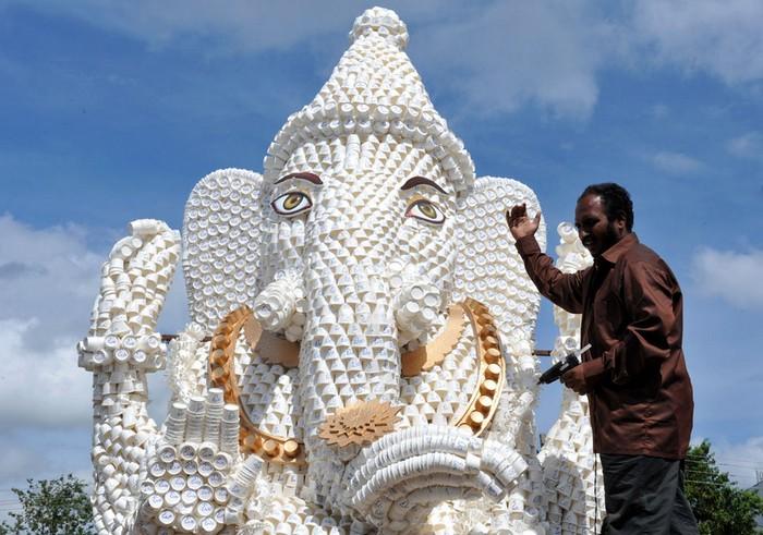 Индийские фестивали: Ганеша из бумажных стаканчиков. Фото Ноа Зилама. Хайдарабад, 1 сентября