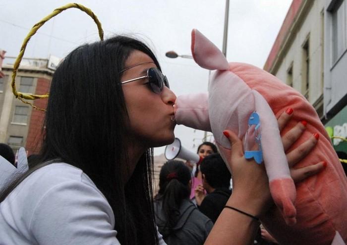 Осенний поцелуй в Чили: романтичная акция протеста