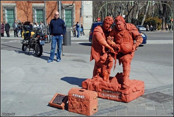 Живые статуи улицы Ла-Рамбла. Окаменевшие братья