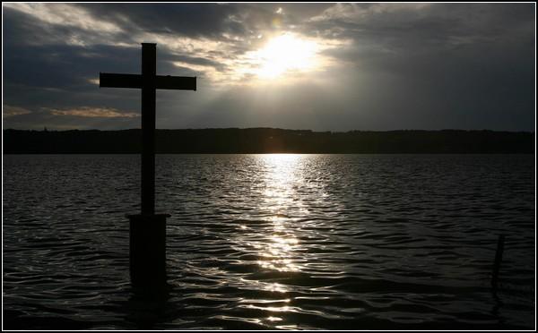 Крест на месте смерти сказочного короля