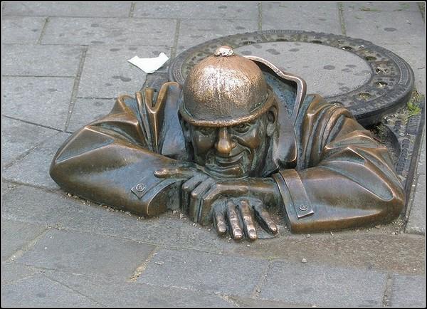 Бравый солдат Швейк: скульптурная крышка люка в Братиславе