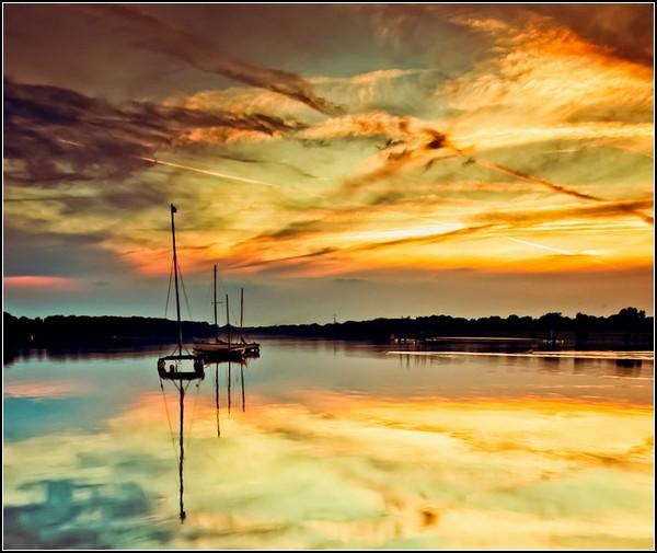 Немного солнца в холодной воде. Рассвет на реке в Шеле