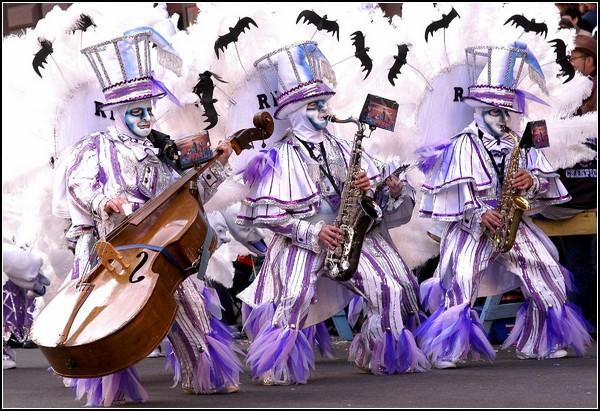 Безумные костюмы и музыканты на параде в Филадельфии