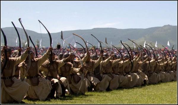 Наадам: монгольские лучники готовятся к залпу