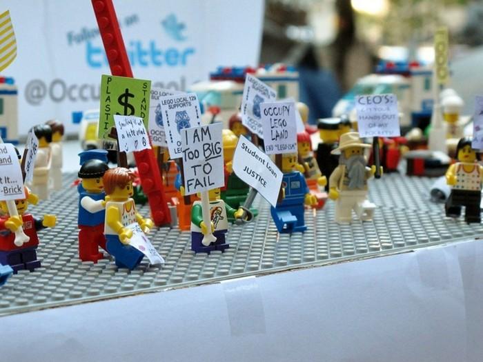 LEGO-человечки оккупировали Уолл-стрит