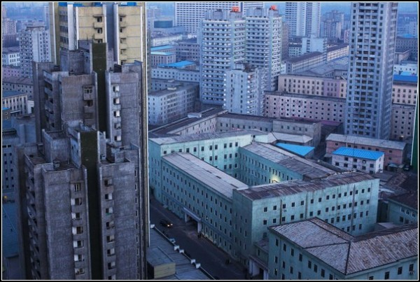 Фото Северной Кореи Дэвида Гуттенфельдера. Сумерки в Пхеньяне