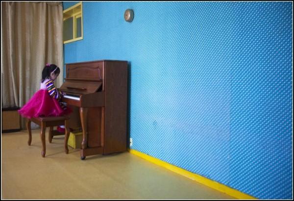 Фото Северной Кореи. Девочка играет на фортепиано в пхеньянской средней школе