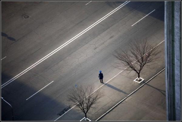 Фото Северной Кореи Дэвида Гуттенфельдера. Полицейский на пустой улице: в столице почти нет машин