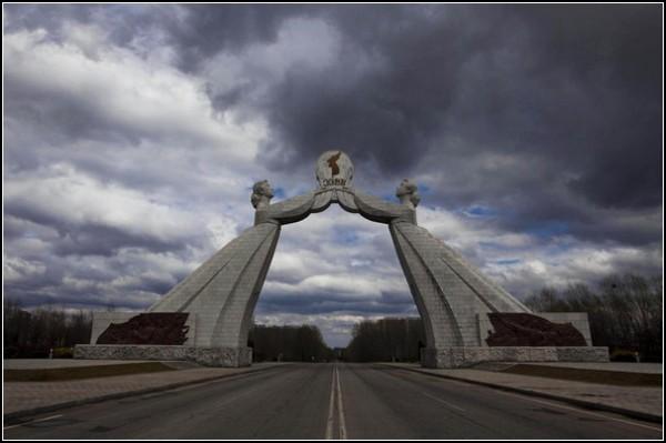 Фото Северной Кореи Дэвида Гуттенфельдера. Монумент Национального единения в Пхеньяне символизирует надежду на воссоединение Кореи