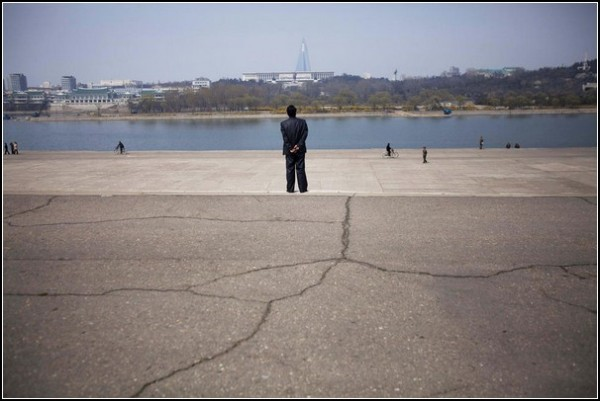 Фото Северной Кореи Дэвида Гуттенфельдера. Набережная реки Тэдонган